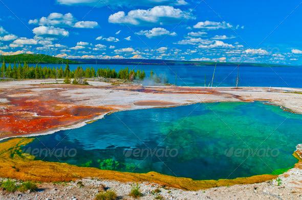 Localizado no parque nacional de yellowstone, a morning glory pool tornou-se a mais deslumbrante piscina natural