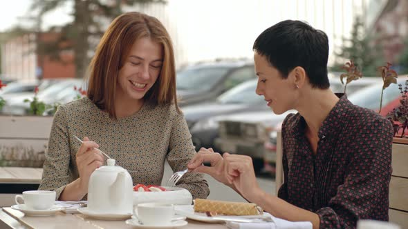 VideoHive Female Friends at Lunch in Street Cafe 19667465