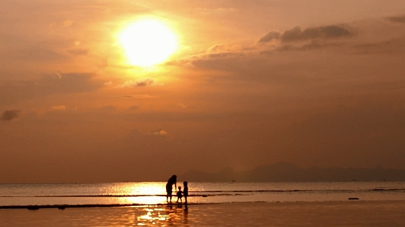 VideoHive Mother with Children in Sunset Sea 10155650
