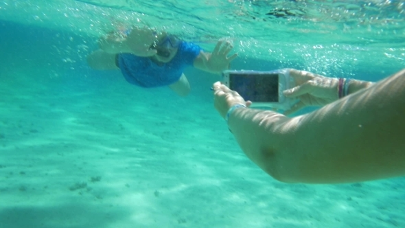 Taking Smartphone Underwater To Get a Nice Shot