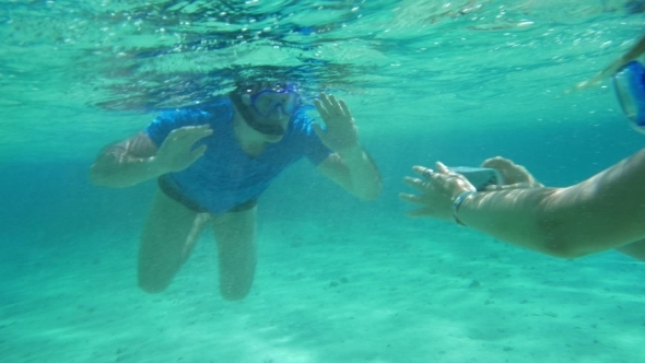 Smartphone Helps Them To Make a Good Underwater