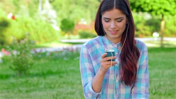 VideoHive Beautiful Girl In Park With Her Phone player 12164010