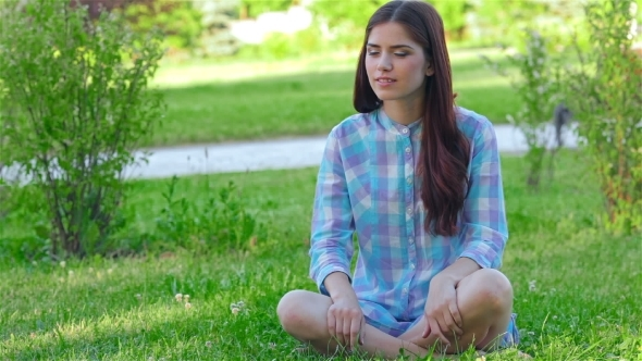 VideoHive Teen Girl Doing Yoga In The Park 12164017