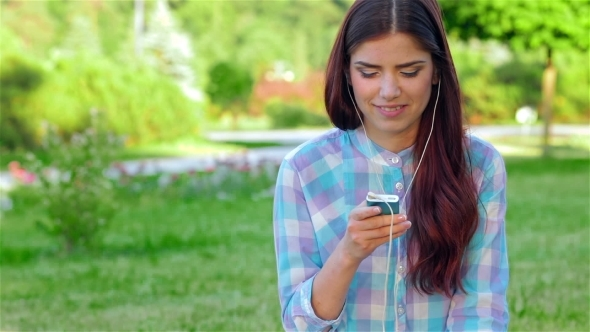 VideoHive Beautiful Girl In Park With Her Phone player 12164082