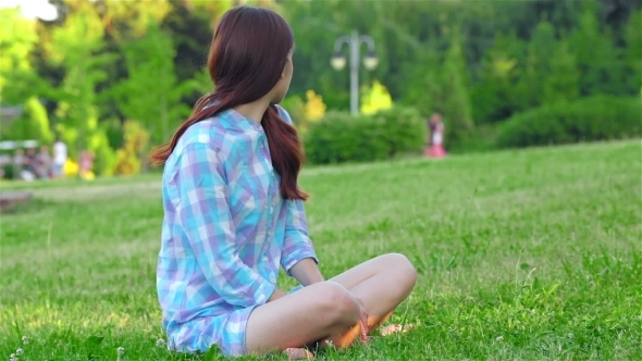 VideoHive Teen Girl Doing Yoga In The Park 12164331