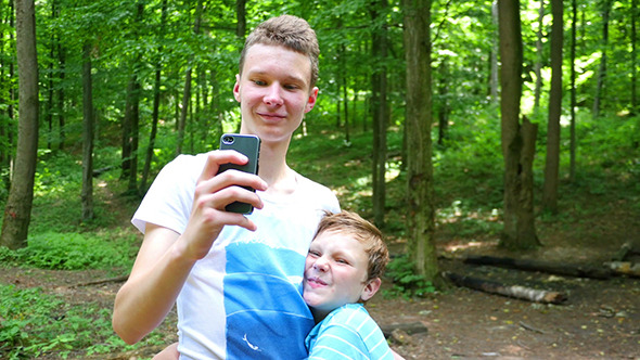 VideoHive Young Brothers Taking Selfie With A Smartphone 12232018