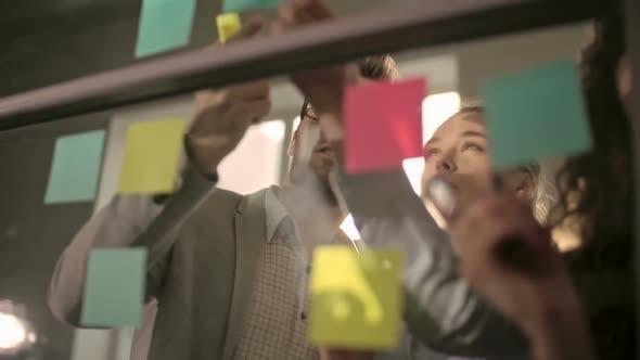 Kirjoittaminen Ideoita Sticky Notes - Business, Corporate Arkistofilmit