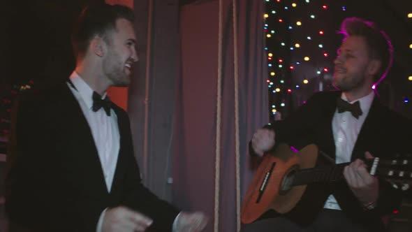 Humalassa Song kanssa Friend - Holidays Arkistofilmit