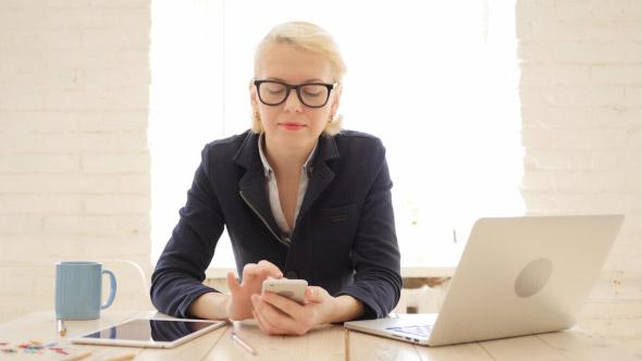Business Lady käyttäminen Smartphone Office - Business, Corporate Arkistofilmit