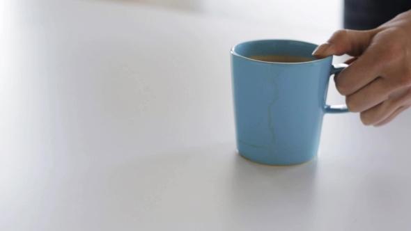 Woman With Rag pesu Coffee Stain pöydällä 34 - People Arkistofilmit