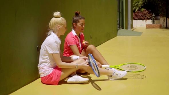 Kaksi Tyylikäs Tennispelaajat rentoutumiseen auringossa - Sports Arkistofilmit
