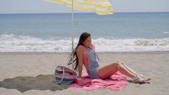 Nainen istuu Peitto At Beach - People Arkistofilmit