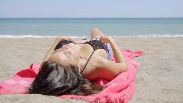 Nuori nainen aurinkoa trooppinen Beach - People Arkistofilmit