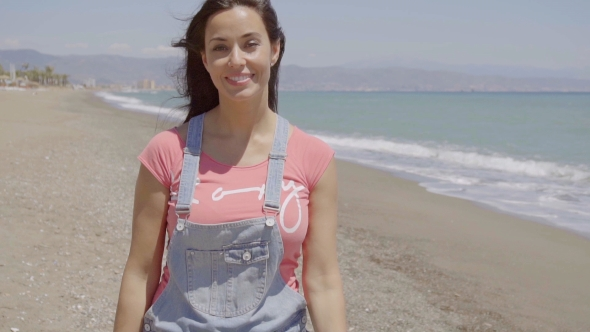 Virnisteli nainen kävely Ocean Beachfront - People Arkistofilmit