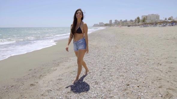 Rento nuori nainen kävelemässä Sandy Beach - People Arkistofilmit