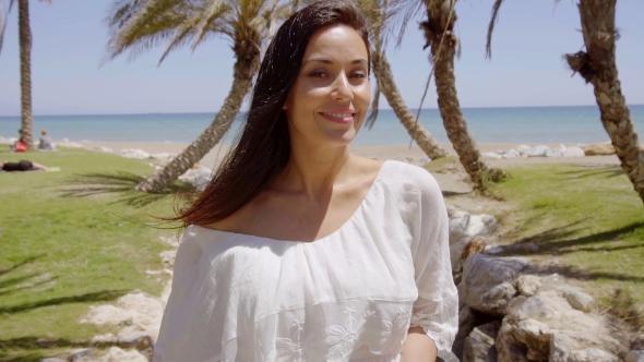 Hyvää Hymyilevä nainen palmujen ympäröimä - People Arkistofilmit