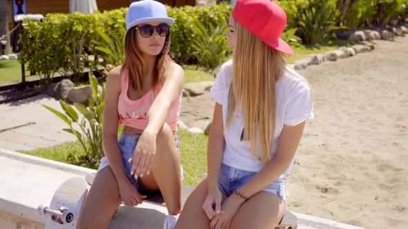 Upea ystäviä istuu rannalla Caps - People Arkistofilmit