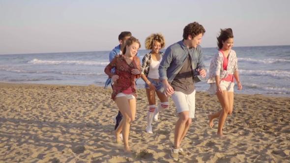 Nuorten käynnissä rannalla - People Arkistofilmit