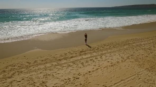 Nuori nainen kävely yksin Pitkin Beach - Nature Arkistofilmit