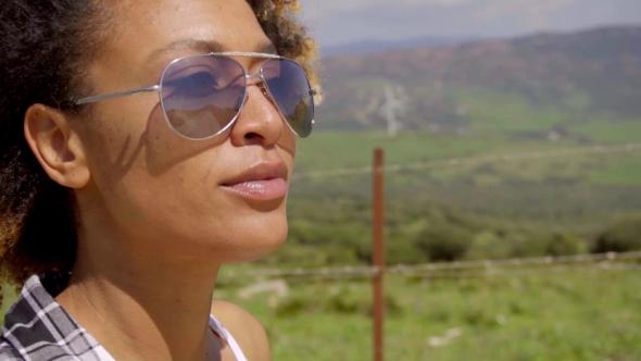 Huolellinen nuori nainen yllään trendikäs aurinkolasit - Nature Arkistofilmit