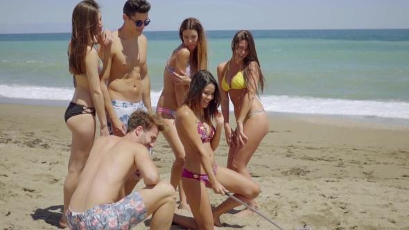 Ryhmä ystäviä Metal Detector On Beach - People Arkistofilmit