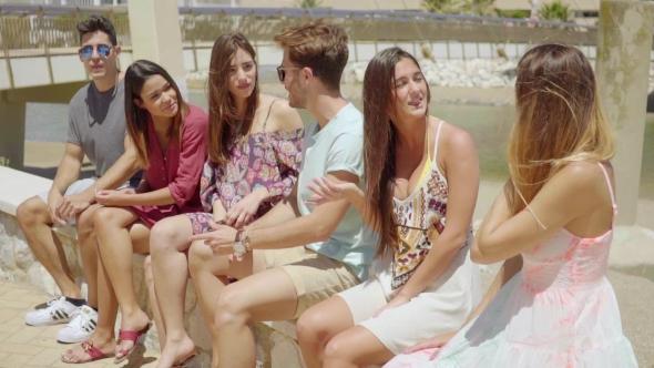 Ryhmä uros ja naaras ystäviä Shorts Talking - People Arkistofilmit