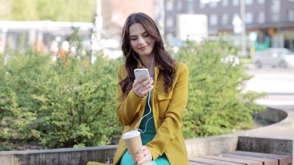 Iloinen nuori nainen Älypuhelin ja kuulokkeet 19 - People Arkistofilmit