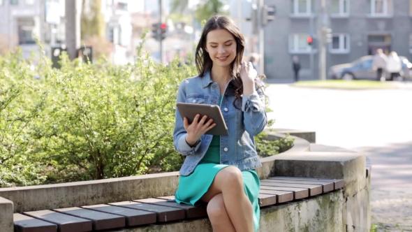 Onnellinen nuori nainen Tai teini-ikäinen tyttö Tablet PC 4 - People Arkistofilmit