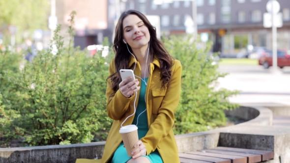 Iloinen nuori nainen Älypuhelin ja kuulokkeet 18 - People Arkistofilmit