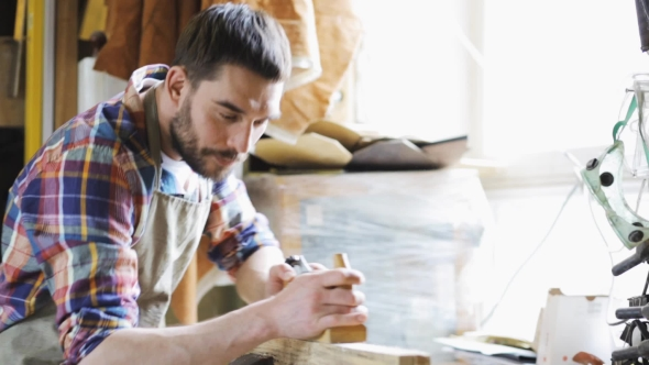 Carpenter Working With Plane ja Wood At Workshop 2 - People Arkistofilmit