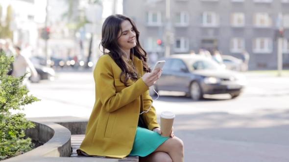 Iloinen nuori nainen Älypuhelin ja kuulokkeet 44 - People Arkistofilmit