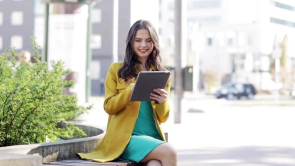 Onnellinen nuori nainen Tai teini-ikäinen tyttö Tablet PC 38 - People Arkistofilmit