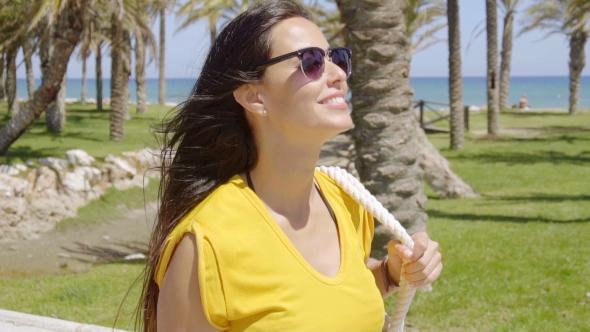 Hymyilevä Vivacious nuori nainen aurinkolasit - People Arkistofilmit
