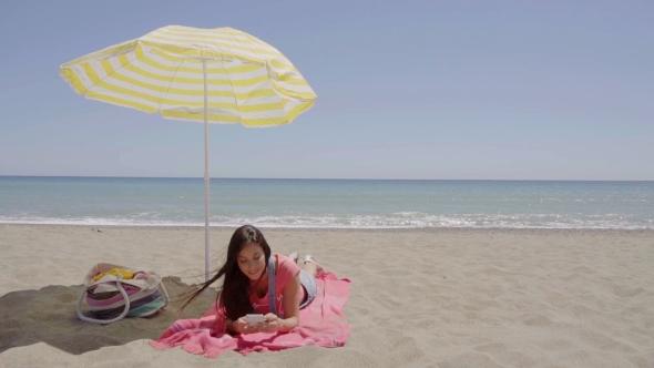 Nainen Puhelinsoitto At Beach Under Umbrella - People Arkistofilmit
