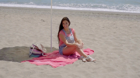 Yhden nainen rentouttava alle aurinkovarjo - People Arkistofilmit