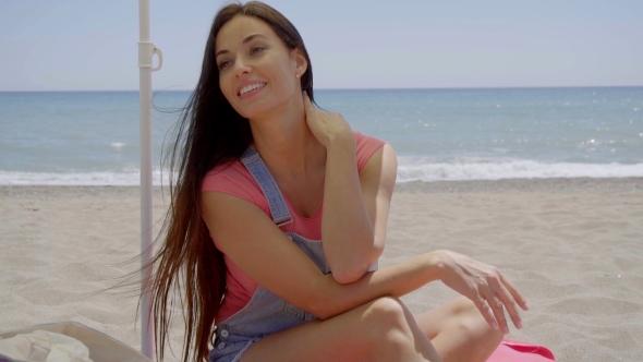 Nainen istuu varjossa Beach käsi Neck - People Arkistofilmit