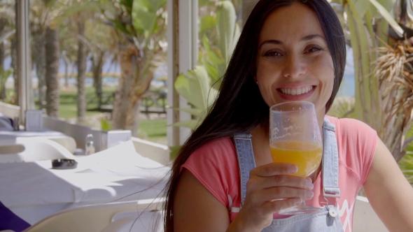 Ensimmäisen persoonan näkymä käytössä nainen paahtaminen With Drink - People Arkistofilmit