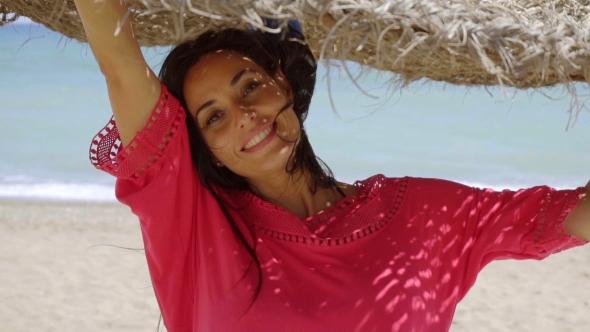 Luonnollinen onnellinen nuori nainen meren rannalla - People Arkistofilmit