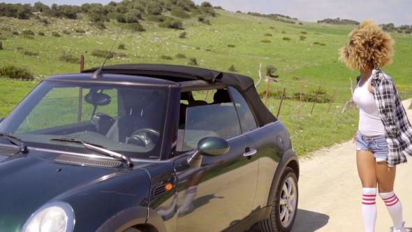 Nainen yrittää varastaa auton - People Arkistofilmit