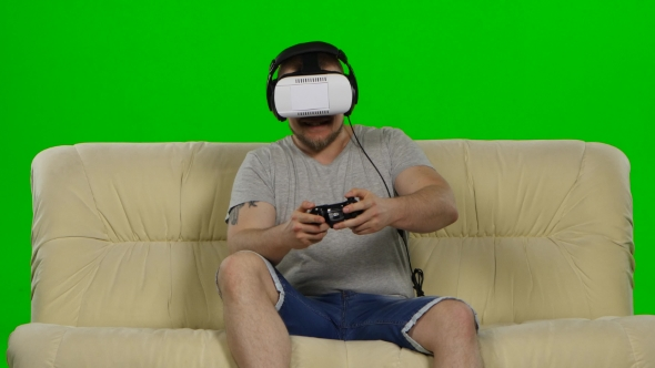 Download Man In Virtual Reality Glasses. Green Screen nulled download