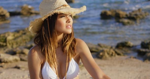 Download Beautiful Woman In Hat And Bikini Near Ocean nulled download