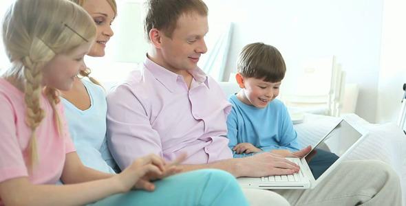 Family Surfing Internet