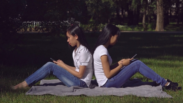 Download Woman Wearing In Casual Top And Jeans Use Application On Cell nulled download