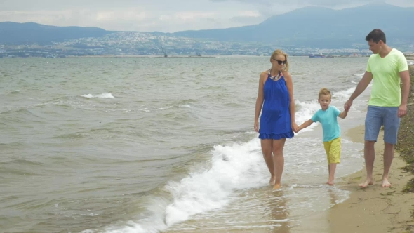 VideoHive Family With Child Walking Along The Shore 18716764