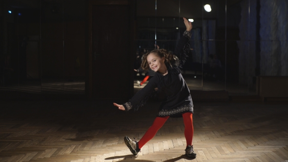 VideoHive Little Ballerinas Dancing In Dance Studio 18749416