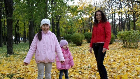 VideoHive Family In Autumn Park 18756643