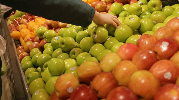 Choosing Green Apples to Buy at the Supermarket
