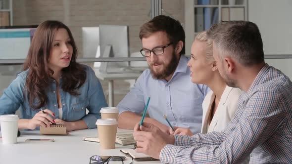 Jakaminen ideoita työtovereiden kanssa - Business, Corporate Arkistofilmit