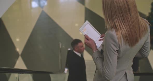 Toimistotyöntekijöitä menee alas liukuportaat - Business, Corporate Arkistofilmit