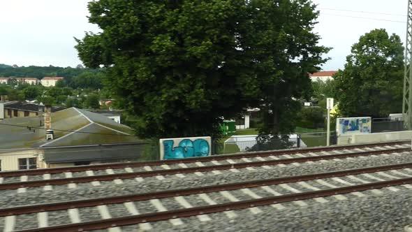 Train Passing Euroopan kaupungissa - kaupunki Arkistofilmit